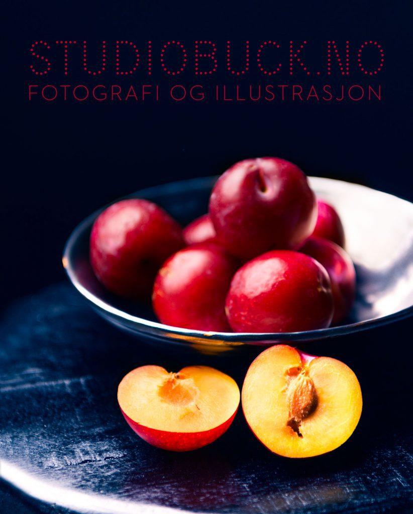 Plommer i skål fotografert av Ane Cathrine Buck hos Studiobuck
