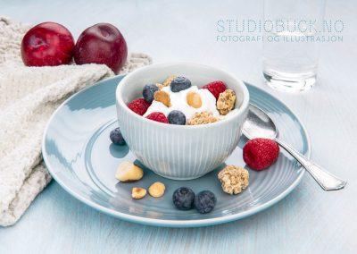 Matfoto gresk youghurt med bær og Jacobs granola av STUDIOBUCK Stavern