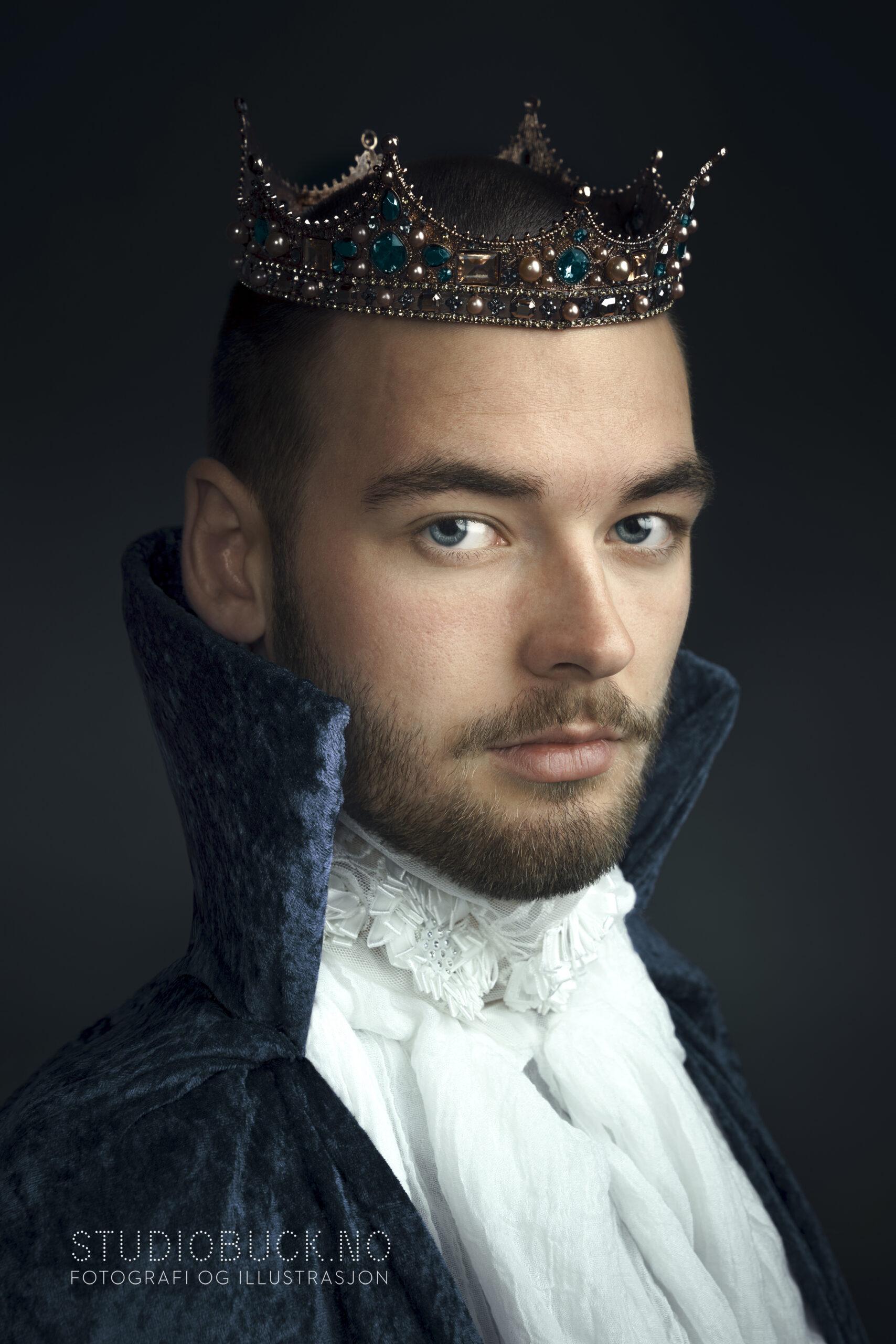 KOnge med krone i blå kappe og hvite blonder og sjegg