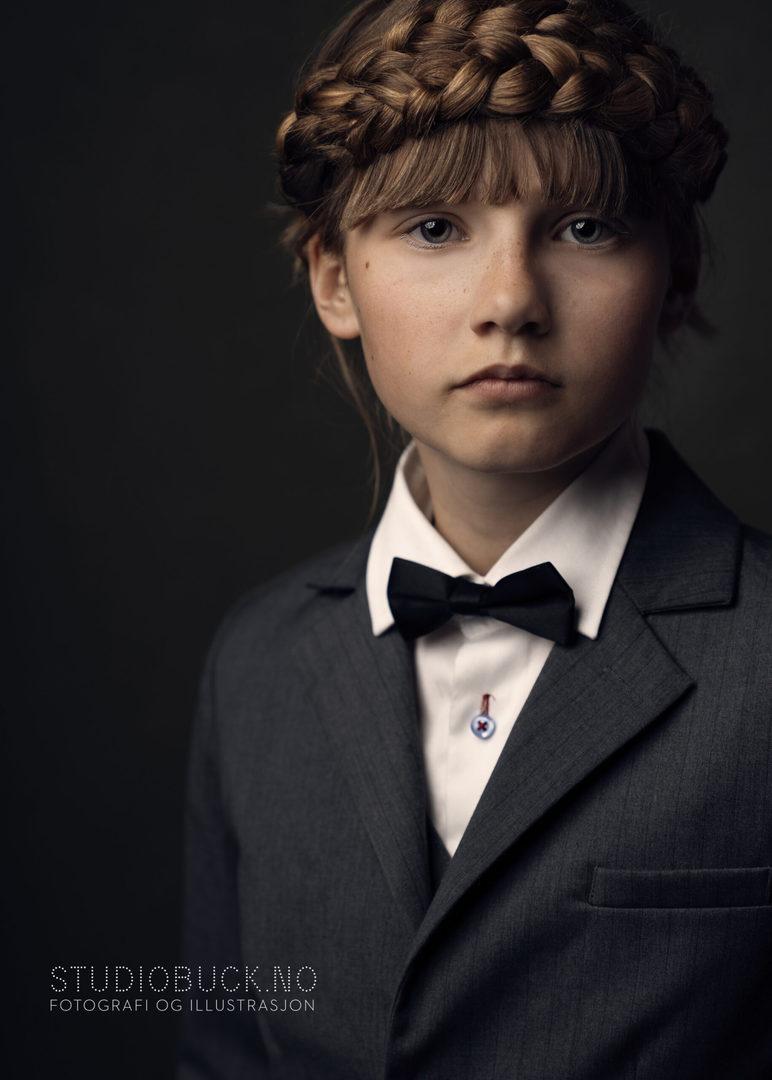 Viser portrett av ung jente i dress med flette