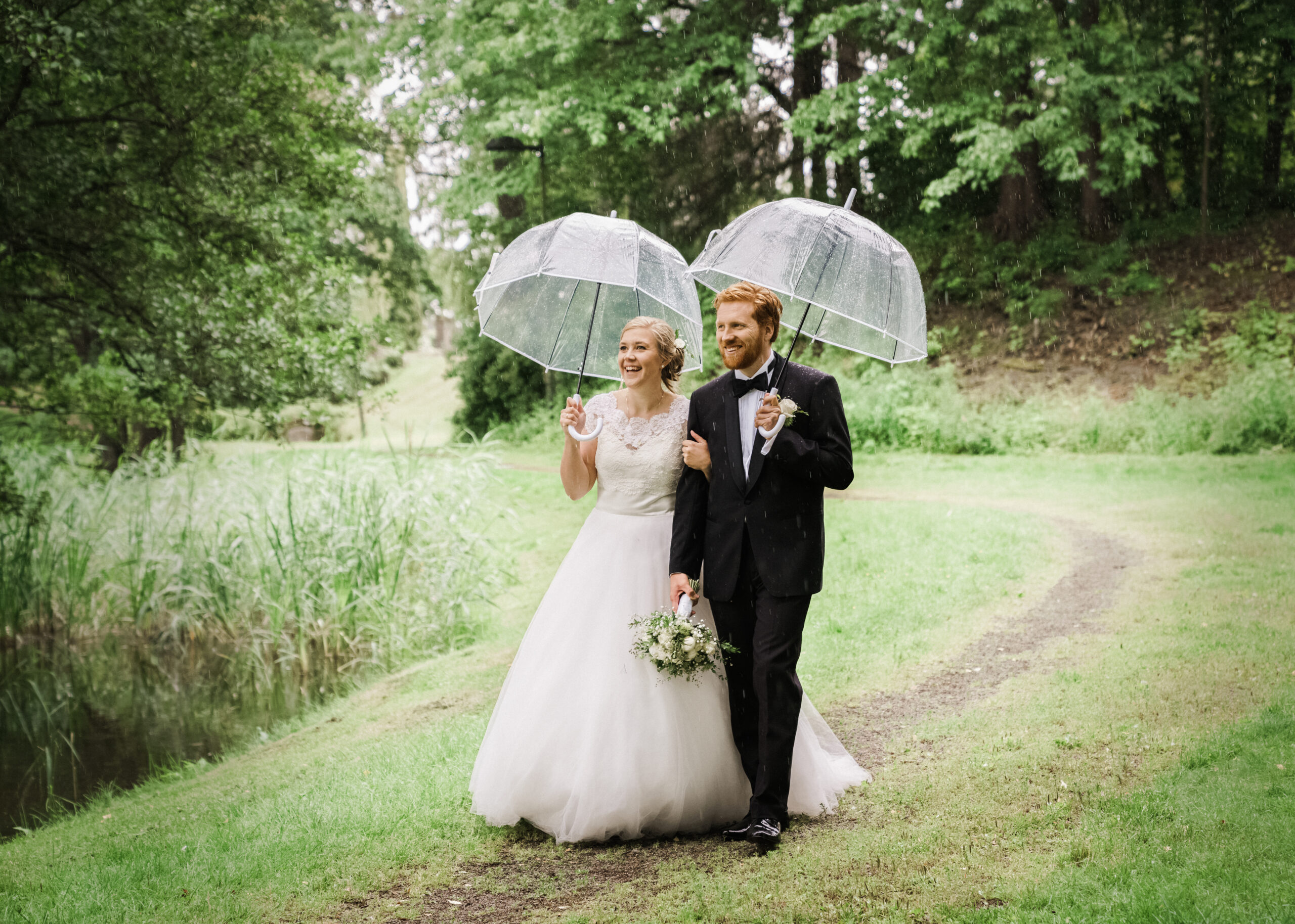 Bryllup paraplyer og regn