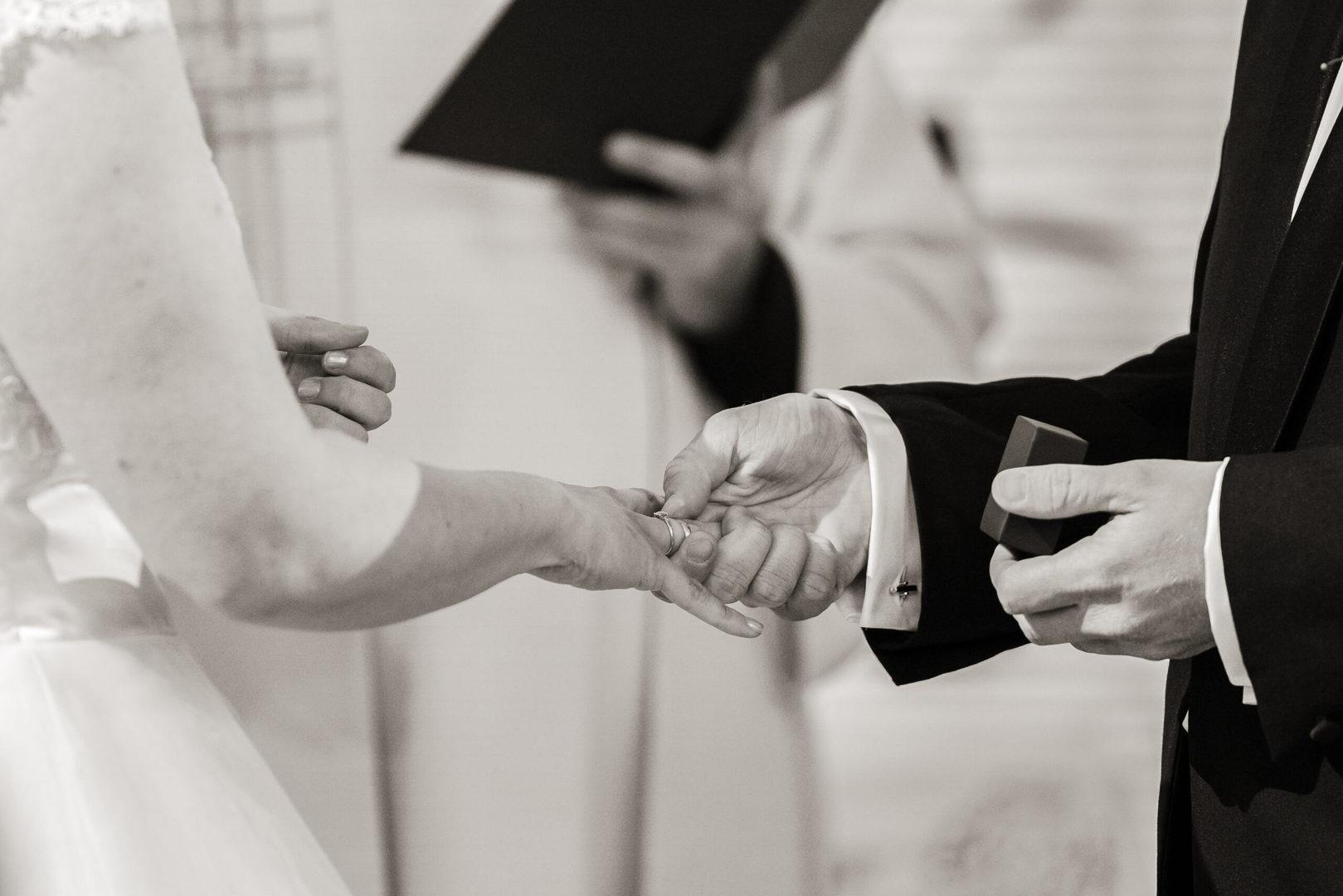 Bryllup i Nøtterø kirke vielse ringene