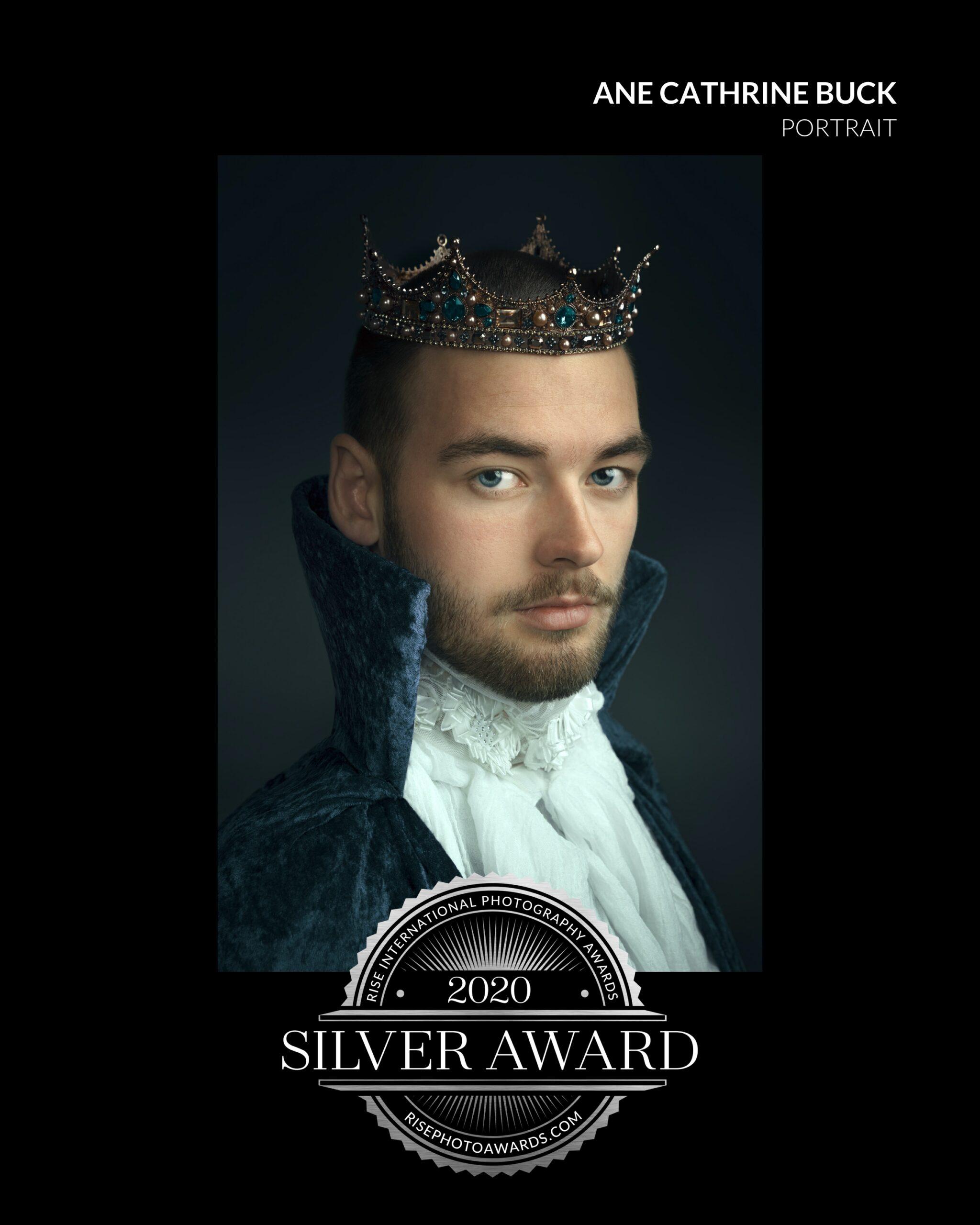 King bildet av ung mann med kongekrone vinner av sølv medalje rise international award